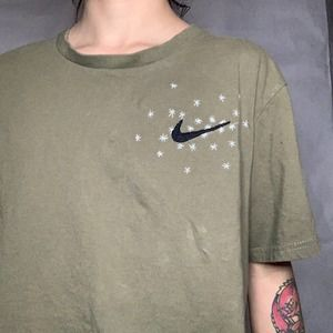 Embroidered Floral Nike T-shirt 💚💐💫